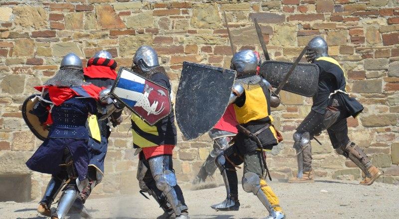 Рыцарей нельзя назвать неповоротливыми - даже при такой жаре и тяжёлой, тёплой экипировке они сражаются активно.