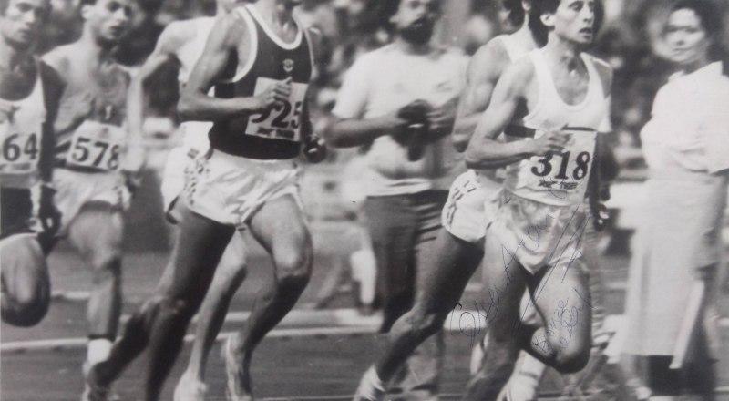 На дистанции 800 м сильнейшие бегуны мира и среди них симферополец Анатолий Решетняк (в тёмной майке).
