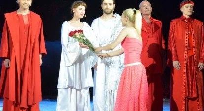 Поздравления восторженных зрителей после спектакля «Я - Жанна Орлеанская».