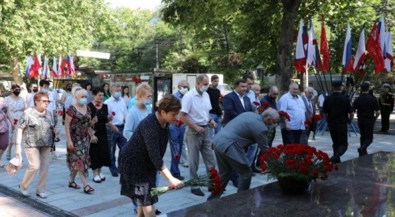 У памятника партизанам и подпольщикам в Симферополе.