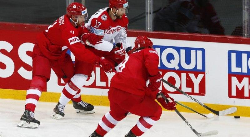 Огромного труда стоила россиянам (в тёмной форме) победа над сборной Дании, которую она переиграла «всухую» - 3:0.