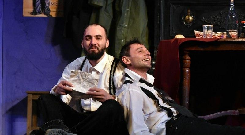 Андрей Чаквитая и Константин Гапонов в сцене из спектакля «Сиротливый запад». Фото Виталия Парубова.