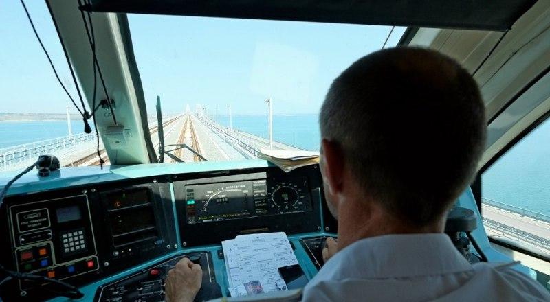 На Крымском мосту: вид на уникальное сооружение из кабины рельсобуса Анапа - Керчь. Фото Владимира АНОСОВА.