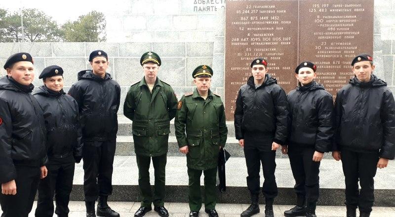 Офицеры 147-го Симферопольского полка с юнармейцами на Сапун-горе.