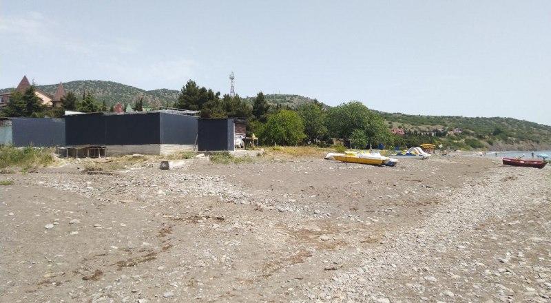 Строительство на пляже - любимое занятие бизнесменов в Крыму. Вот пример из Приветного.