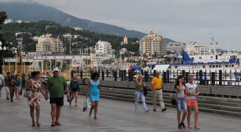 На пляжах пока немноголюдно, но набережные уже полны прогуливающихся туристов.