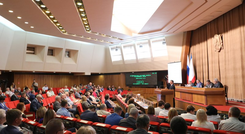 Председатель Счётной палаты РК Анатолий Заиченко отчитался о проделанной работе. Фото Александра Кадникова.