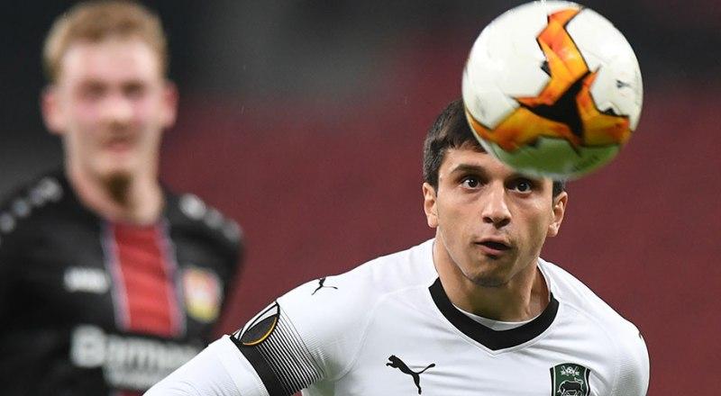 С мячом - герой ответного матча краснодарцев с «Байером-04» 20-летний форвард Магомед-Шапи Сулейманов.