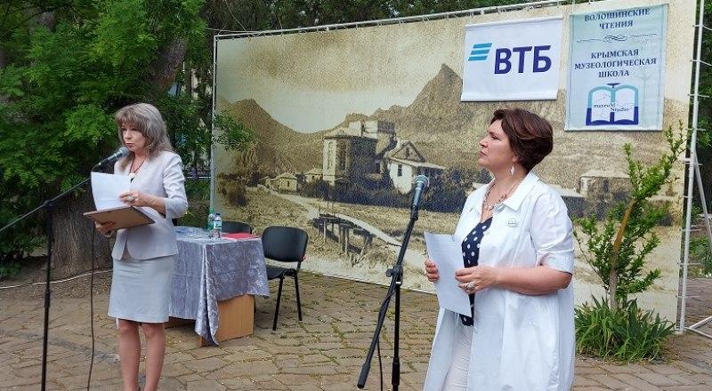 Майскую встречу открывают Наталия Мирошниченко (слева) и Ирина Чувилова.