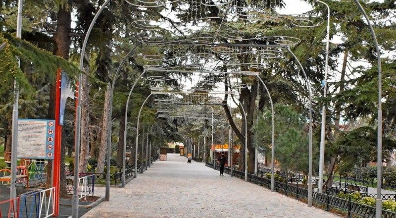 Приморский парк - любимое место отдыха горожан и гостей курорта - заиграл новыми красками. Фото пресс-службы администрации Алушты.