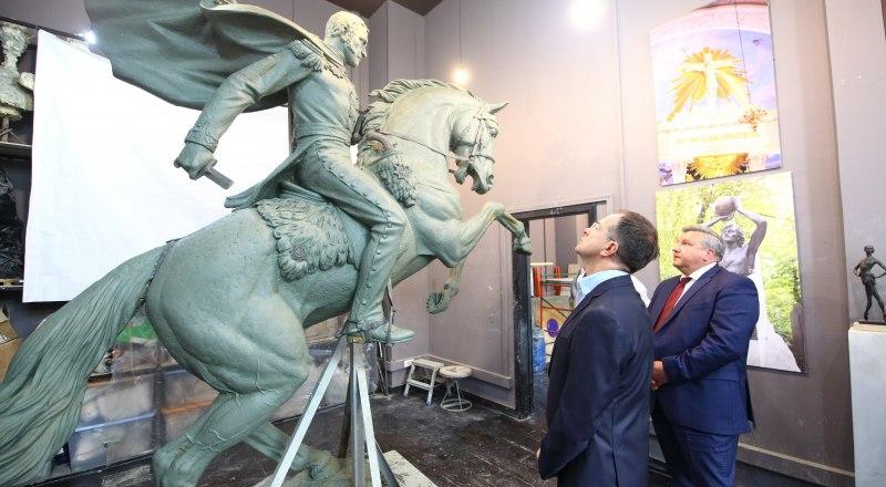 Приёмка памятника «кавказскому Суворову» помощником президента России Владимиром Мединским (слева). Фото Дмитрия АЛЕКСЕЕВА.