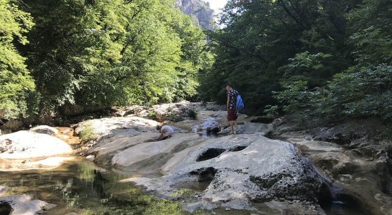 Летом большинство крымских горных рек пересыхает. Однако водохранилища всё равно получают необходимый запас влаги.