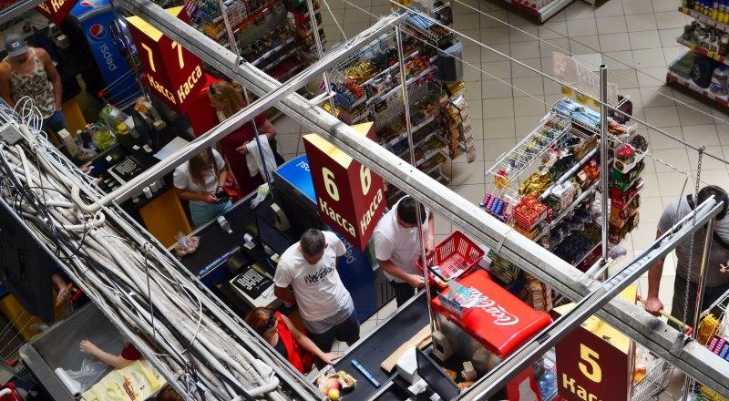 Если поблизости не нашлось банкомата, снять наличные можно будет на кассе любого супермаркета.