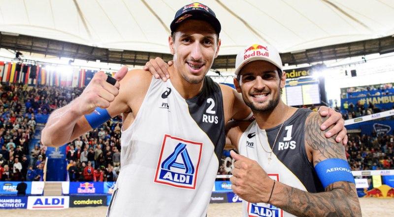 Вот они, наши первые чемпионы мира по пляжному  волейболу - Вячеслав Красильников (слева) и Олег Стояновский.