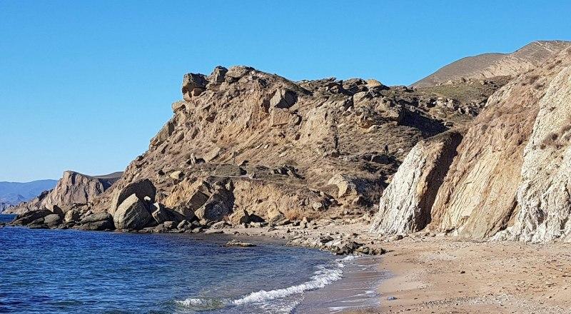 На этом участке побережья могут построить гостиницу.. Фото Александра ТАЛИПОВА.