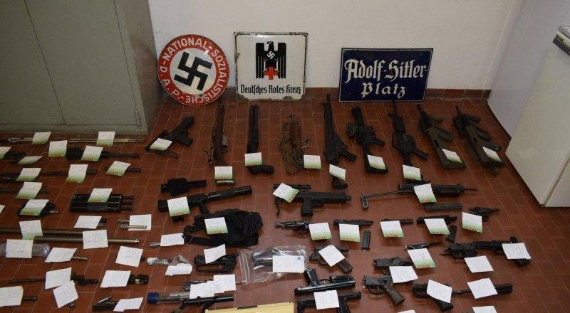 Изъятый полицией арсенал итальянских наци - украинских карателей. Фото из открытых источников.