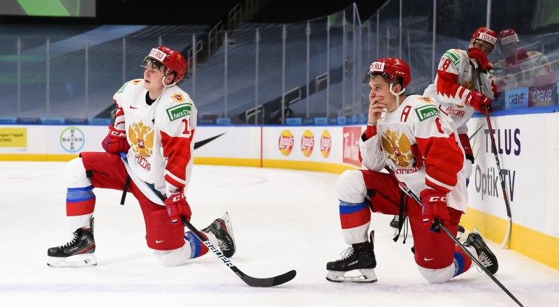 Печально, но хоккеистам сборной России на этот раз пришлось опуститься на колени перед сборными сверстников из Канады и Финляндии.