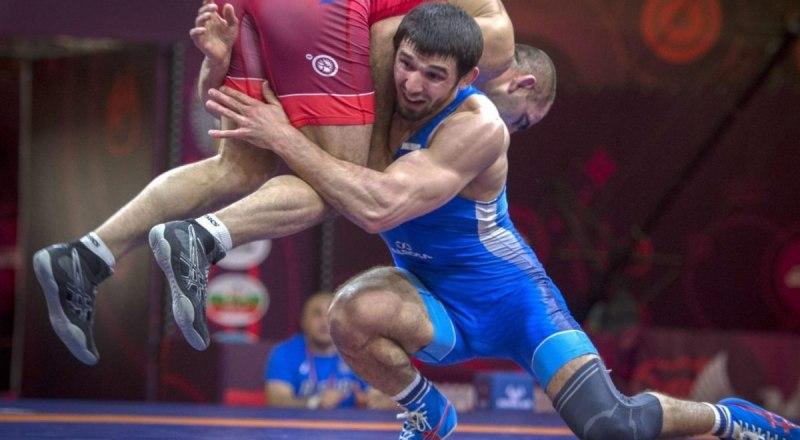 Так Бекхан Оздоев отрывает от ковра соперника, а затем следует сокрушительный бросок на лопатки.