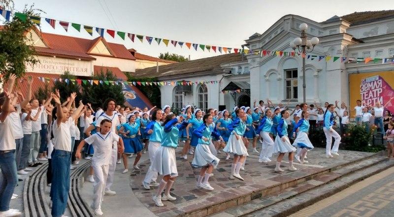Фестиваль по традиции открыли на площади перед Крымским ТЮЗом.