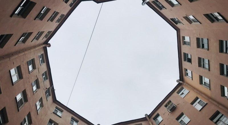 Дворы-колодцы - мечта фотографа. Особенно, если поднять голову вверх.