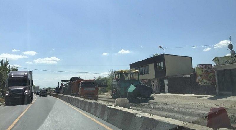 Ремонт дороги ведётся несколько месяцев. Часть уже сдана, но пробки остаются.
