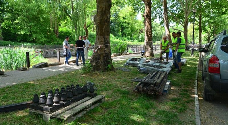 Демонтировать старые ограждения подрядчик начал 28 мая, сразу после подписания  контракта. Фото Александра КАДНИКОВА.