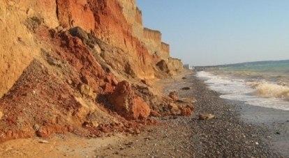 Среди причин - промышленная добыча песка.