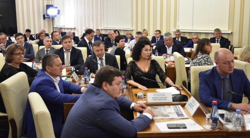 Крымское правительство в полном составе сложило свои полномочия перед вновь избранным главой Республики Крым.
