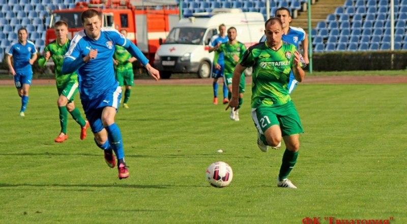 В атаке с мячом острый форвард евпаториец Николай Хомич.