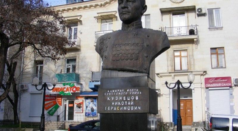 Памятник Николаю Кузнецову появился в Севастополе в 2000-м.