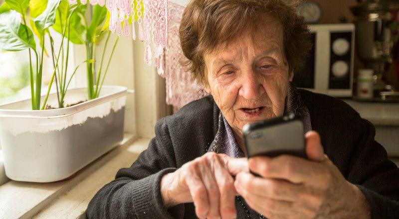 Чаще всего жертвами мошенников становятся пожилые люди.