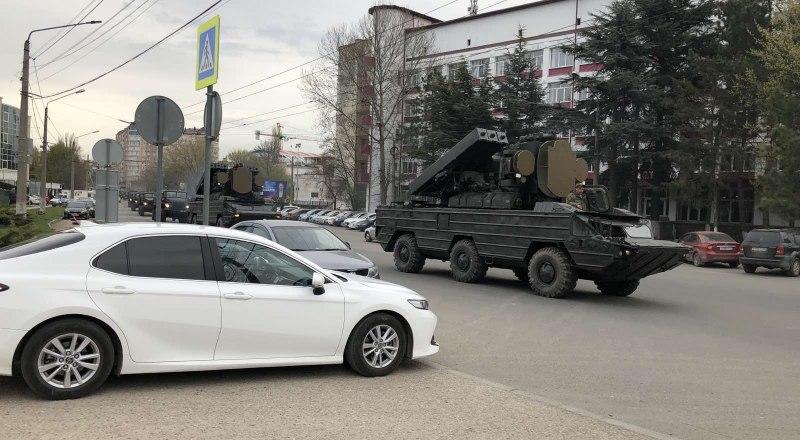 Воинская часть с самым современным оружием на улице Толстого, в Симферополе. Попробуйте, гады, суньтесь! Фото Михаила Бахарева.