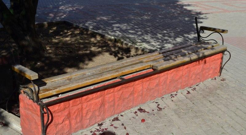 Некоторые скамейки перед столичным кинотеатром ещё не восстановили.