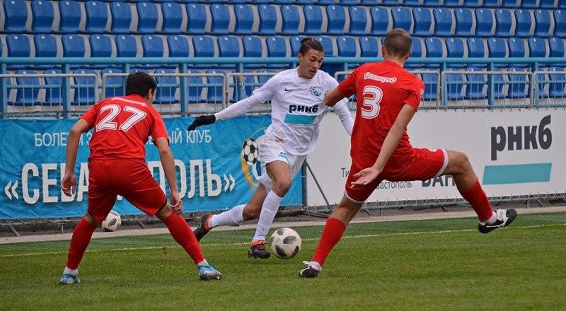 С мячом один из лидеров соперничества бомбардиров первенства КФС севастополец Артур Айметдинов.
