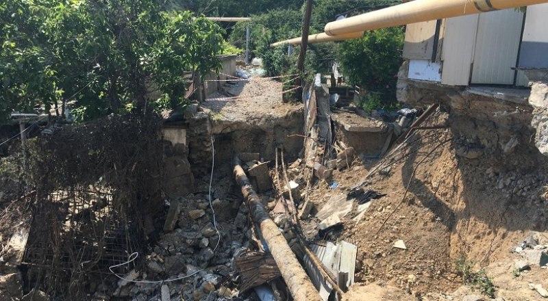 Сложная ситуация остаётся в Кореизе, но дорогу восстановят, водоснабжение наладят. Фото со страницы Янины Павленко.