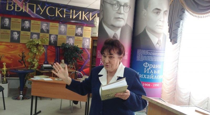 Жанна Амфитеатрова представляет книгу.