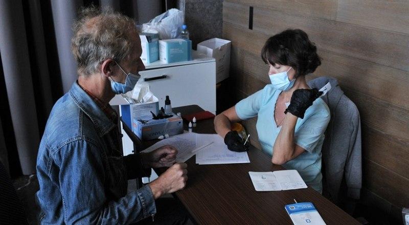 Ежедневно сотни тестов на COVID-19 дают положительный результат. Фото: Анны Кадниковой
