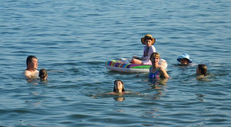 У воды переживать жару значительно легче и приятнее.