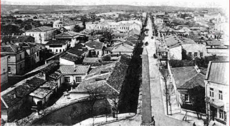 Вид на город с высоты колокольни Александро-Невского собора, на переднем плане - Долгоруковский обелиск.
