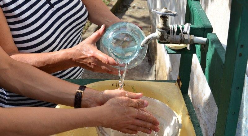 Граждане экономят ресурс, как могут: если вымыть руки над ведром, этой водой можно ещё и полы протереть.