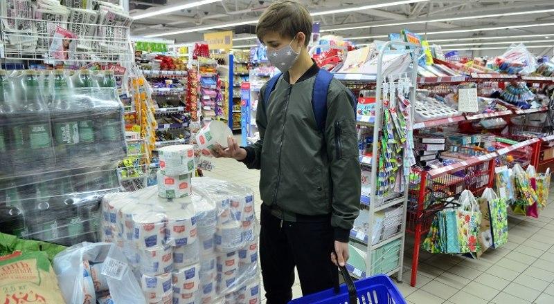 Экономический кризис, окончание которого пока сложно спрогнозировать, может привести к исчезновению из продажи дешёвой туалетной бумаги. Фото Александра КАДНИКОВА.