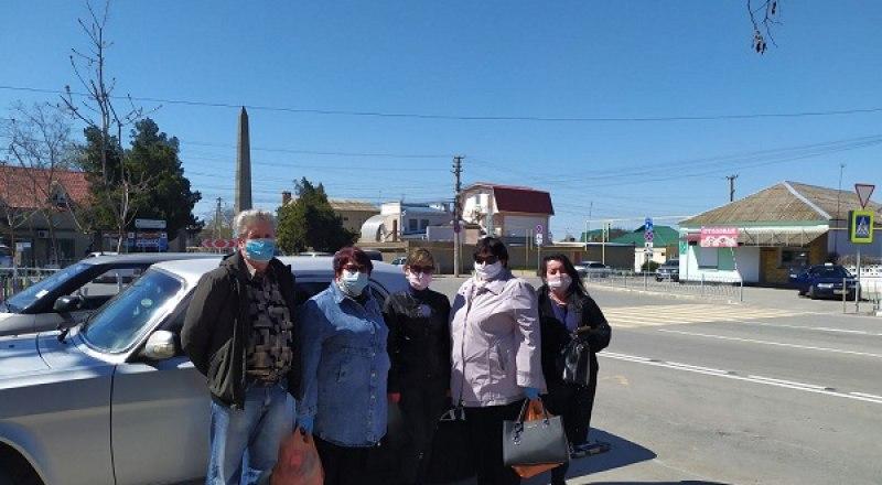 В Симферопольском районе волонтёры предоставили бесплатный транспорт для сотрудников Николаевской врачебной амбулатории.