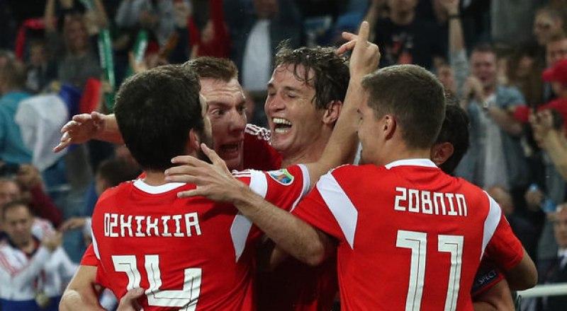 Товарищи по сборной России поздравляют принёсшего победу над сборной Казахстана защитника Марио Фернандеса (на снимке в центре).