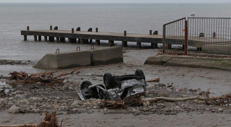 От наводнения в Ялте пострадали 183 машины.