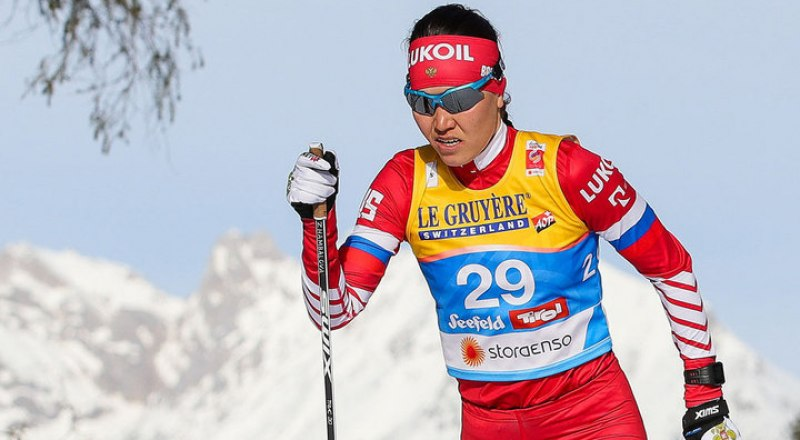 На дистанции масс-старта четырёхкратная победительница Универсиады-2019 по лыжным гонкам, студентка из Улан-Удэ Алиса Жамбалова.