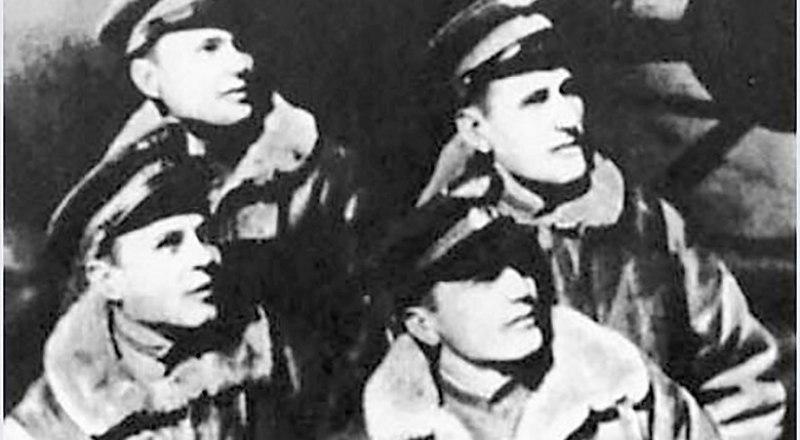 Экипаж дирижабля: первый ряд, справа налево - Алексей Рощин, Фёдор Мутовкин, второй ряд - Станислав Горячев (Горяев), Салабай.