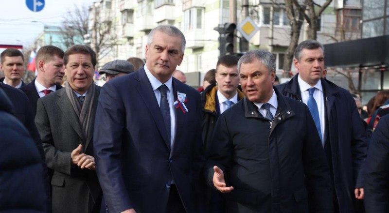 По мнению Вячеслава Володина (справа), необходимо подсчитать не только материальный ущерб, но и моральный.