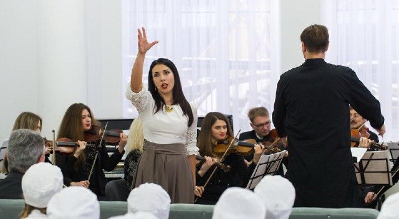 Камерный оркестр играет для студентов-медиков.