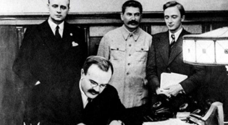 Вячеслав Молотов подписывает пакт о ненападении.