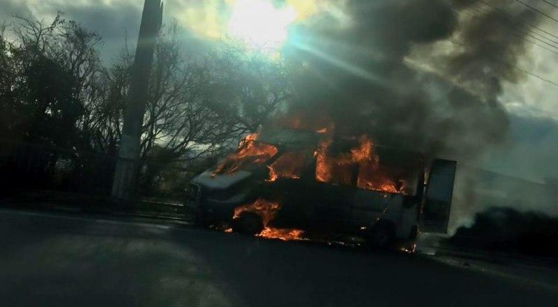 Горящий микроавтобус спровоцировал заторы на дорогах. Фото с сайта c-inform.info